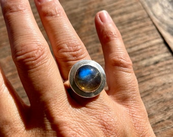 Exceptionally beautiful ring made of 925 silver, with a beautiful gray-blue shimmering labradorite