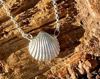 Discreet, finely crafted cockle half as a necklace in 925 silver