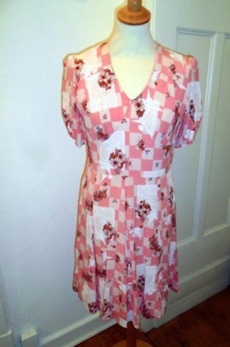 e9530c065df Rosa weisses Sommer VINTAGE Kleid gemustert