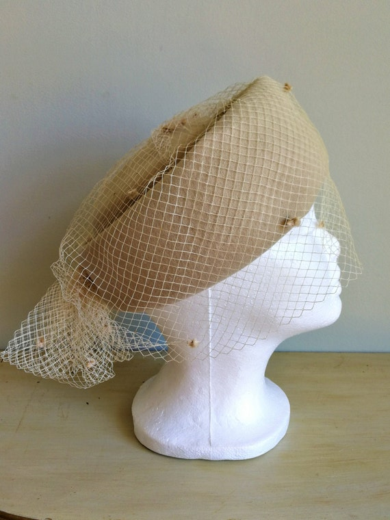 EATON Vintage 50s beige wool felt pillbox veil ha… - image 2