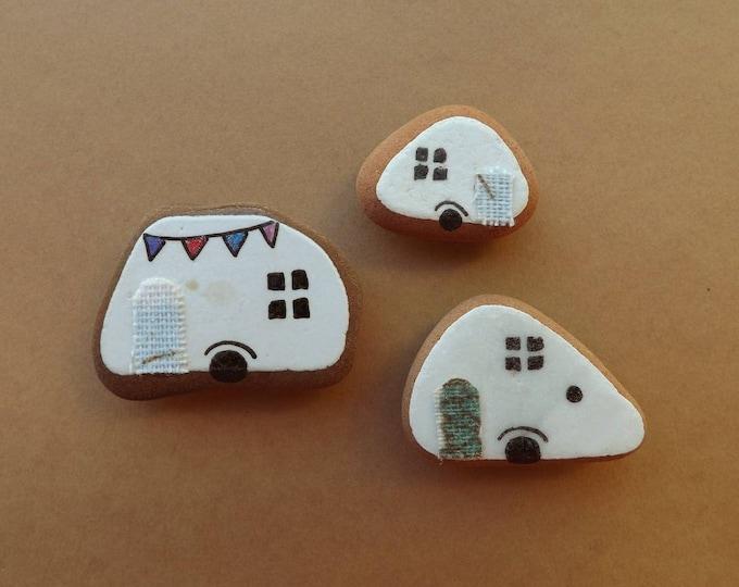 MTO Small Piece of Hand Painted Sea Pottery Magnet CARAVAN TRAILER Scene Pebble Art