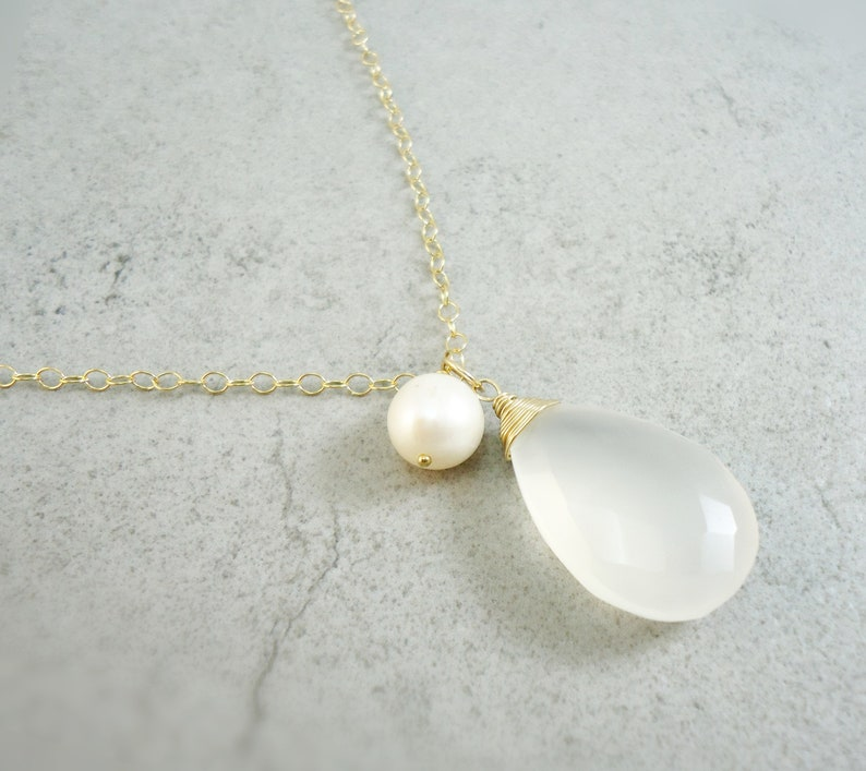 XL Gold chain white Chalcedon with freshwater pearl