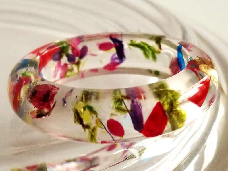 Colourful ring from resin