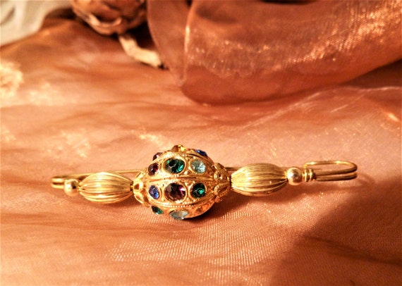 attractive elegant brooch/needle with colored crys