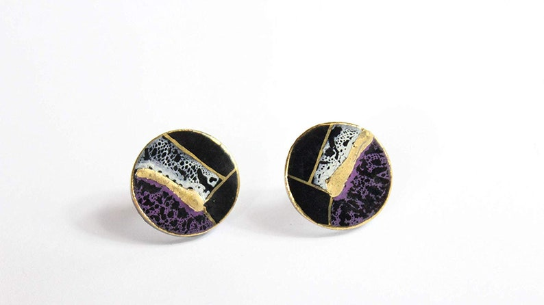 Noble round ceramic stud earrings purple-black gold plated image 0