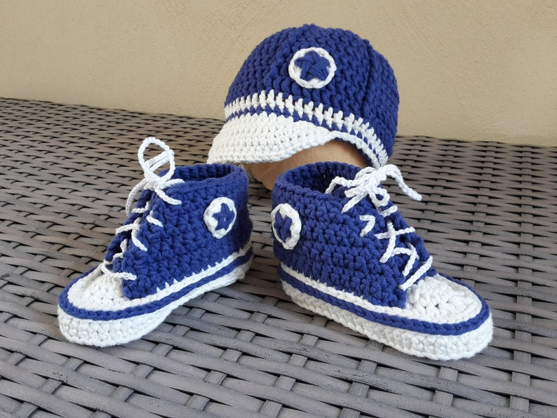 Crocheted baby sneakers with Baseball cap royalblue-about 5-6 image 0