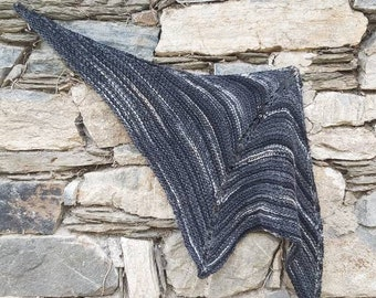 knitted triangle cloth in black in sheep wool and polyamide, shoulder cloth, cloth, stole, scarf, medieval, dirndl, Claire, Outlander