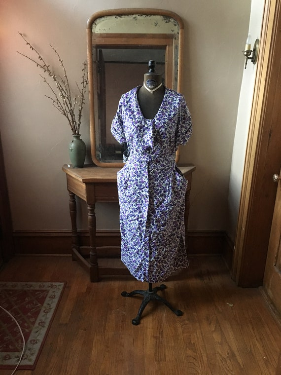 Vintage 1950 Size XL Purple and White Floral Day D