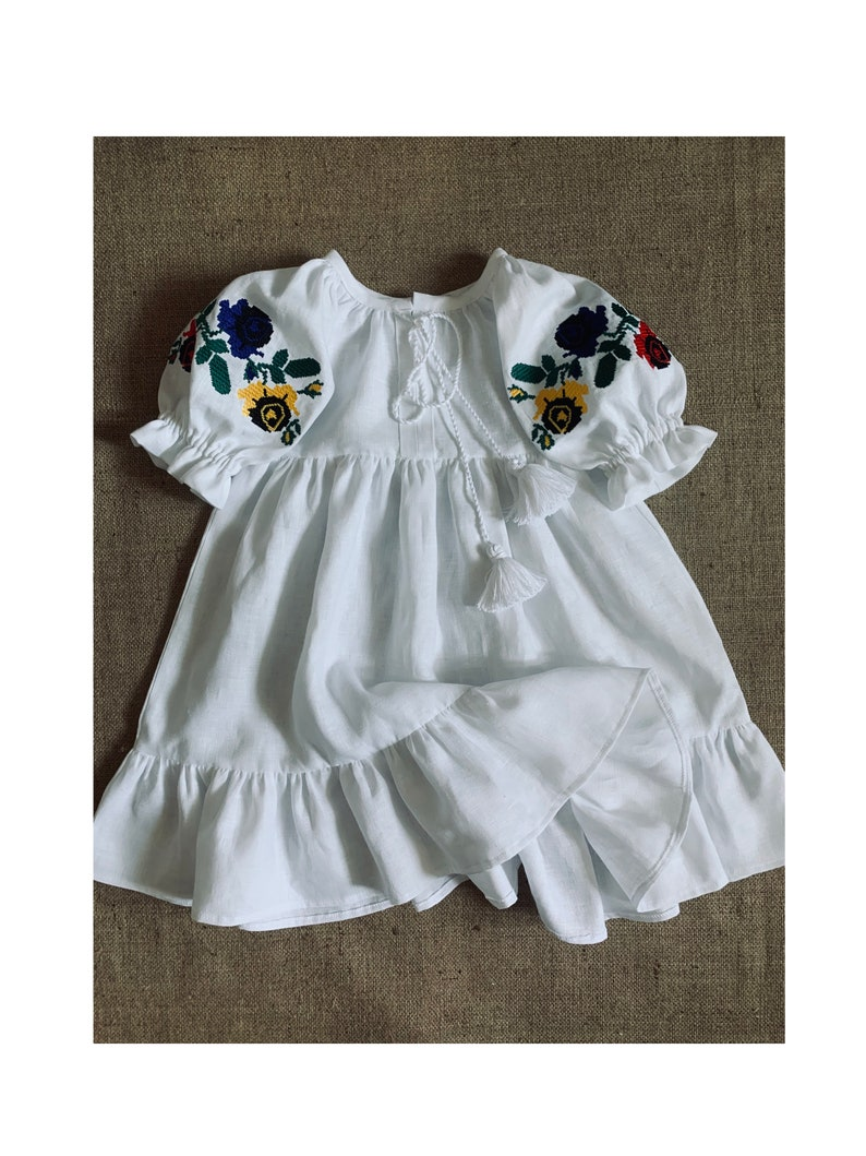 Gesticktes weißes Kleid, Blumenkleid, Geburtstagskleid, Leinen Baby Kleid,  Leinen Kleidung Mädchen