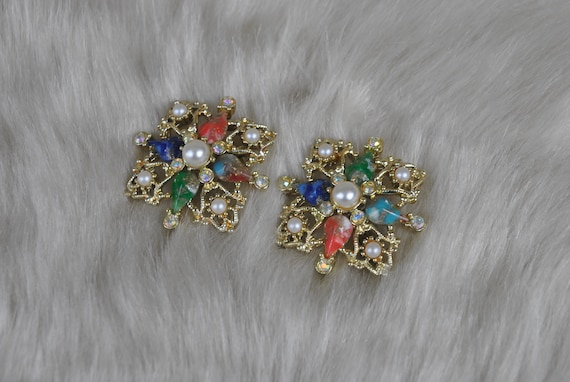 Dainty Sparkling Wire Work Earrings  E-215e-041012015 Vintage Rhinestone Floral Design Earrings Trimmed w Tiny White Pearls