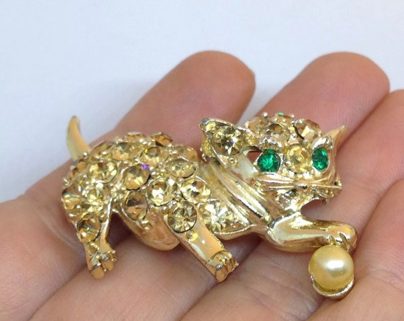 Vintage CAT with Ball Pin Brooch Faux Pearl Pave Rhinestone Gold Tone Jewelry, Cute Green Eyed Kitty Unisex Lapel Pin, Mid Century Jewelry
