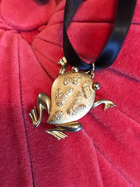 Adorable Mid Century Signed JJ frog Goldtone Froggie Pendant