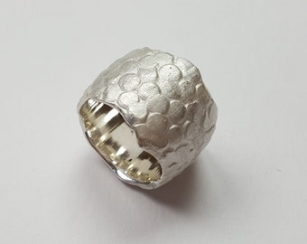 Sterling silver ring with leather structure