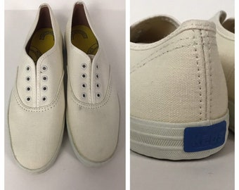 6663b391280 Vintage 1980s White Keds Lace Up Canvas Casual Shoes Flats Light Weight    Women s 6S Narrow   80s 90s Retro Summer Shoes Hipster