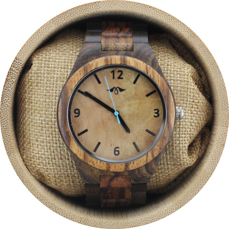a0d5c257ade5 Reloj de hombre grabado en sándalo oscuro con esfera de arce