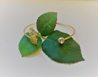 Gift for girlfriend - Open bangle in gold - with a pineapple and a geometric end - birthday gift - Christmas gift