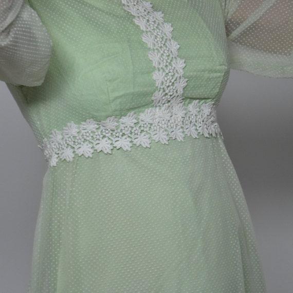 robe 1960, style Empire en voile de plumetis vert