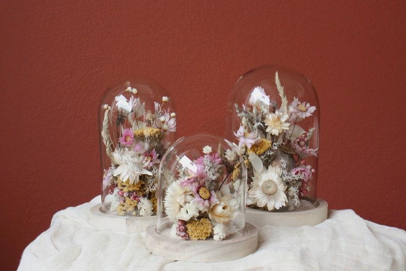 Glasglocke mit Trockenblumen in Rosétönen mit detailreiche image 0