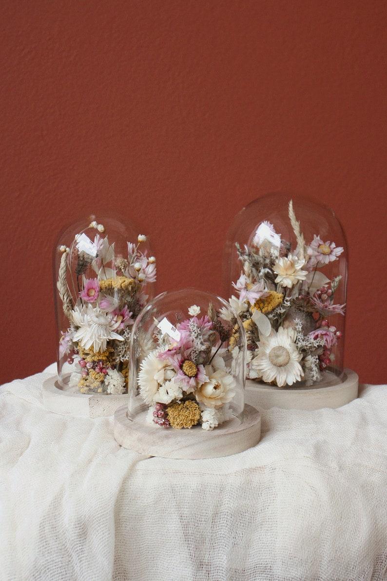 Glasglocke mit Trockenblumen