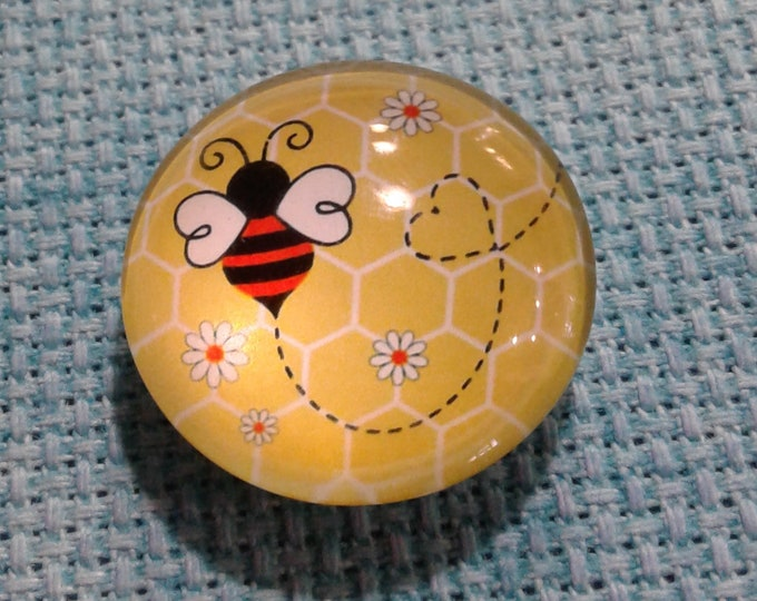 Buzzing Bee with Daisies Needle Minder (0246)