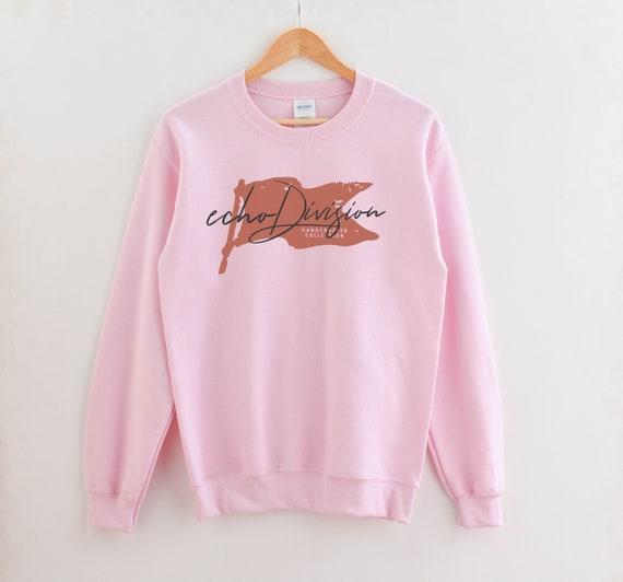 Mockup di felpa Gildan Heavy Blend Crewneck Sweatshirt 18000 mockup rosa chiaro piatto lay fotografia