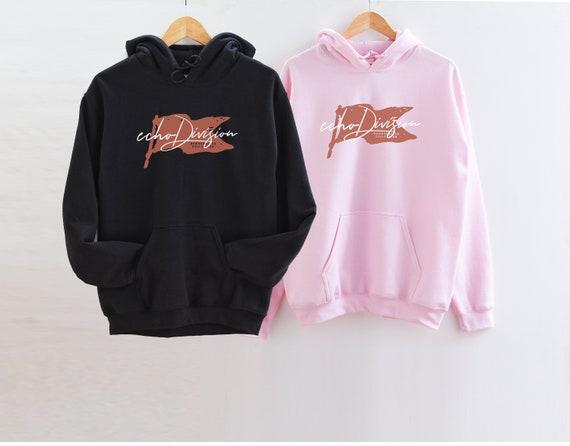 Mockup di felpa con cappuccio coppia mockup hoodie di Gildan mockup 18500 mockup nero rosa chiaro piatto lay fotografia