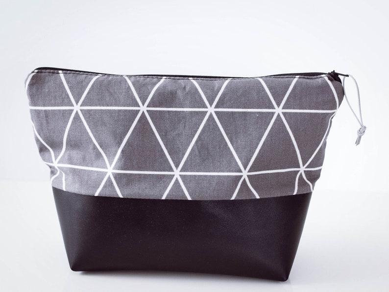 8803e0aa6d54d Kulturbeutel Dreieck grau Kunstleder schwarz