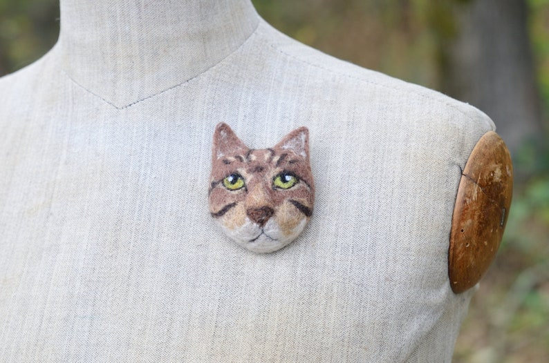 Brown tabby cat felt brooch #12  Cat jewellery Wool ornament Cat pin Backpack pin Handbag decoration Gift for cat lover Ready to ship