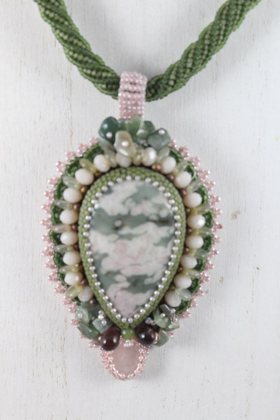 Embroidery of pearls and Jade stone necklace