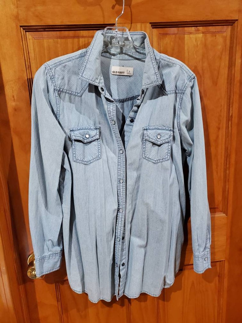 Women/'s Muted Stripe Denim Jeans Shirt Western Style Pearl Snap Old Navy Size L