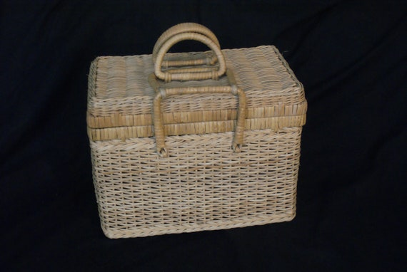 WICKER GORGEOUS PICNIC basket...vintage