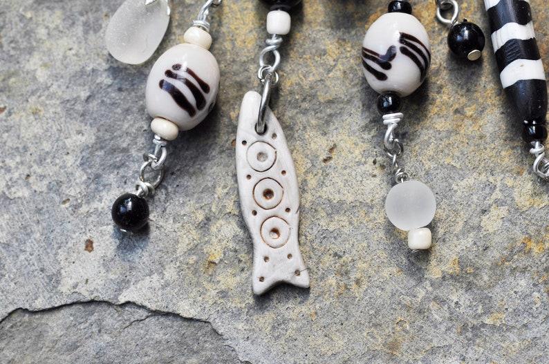 Ketting met ijsbeer hoofd tribal vis zwart-witte kralen en zeeglas hanger