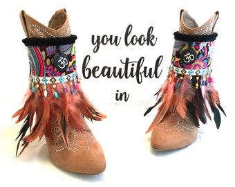 Hippie Boho Gypsy Boots, Stiefel Manschetten mit Federn und einem Anhänger  mit Om Zeichen, cubrebotas, cover boots a96dc9bc7a