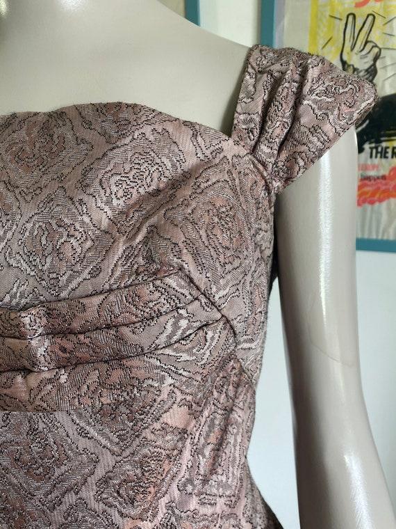 1950s Vintage Dress in light pink brocade fabric - image 3