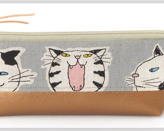 Pencil case / make-up bag made of Japanese fabric with cats. Great to put up. Nice gift for cat fans