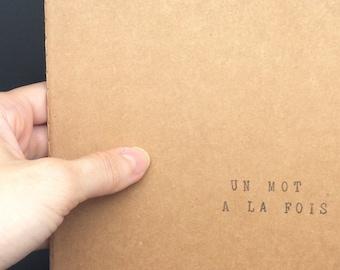 """Carnet de notes carré (14*14) avec couverture kraft - Cadeau pour auteurs et passionnés d'écriture - """"Un mot à la fois"""""""