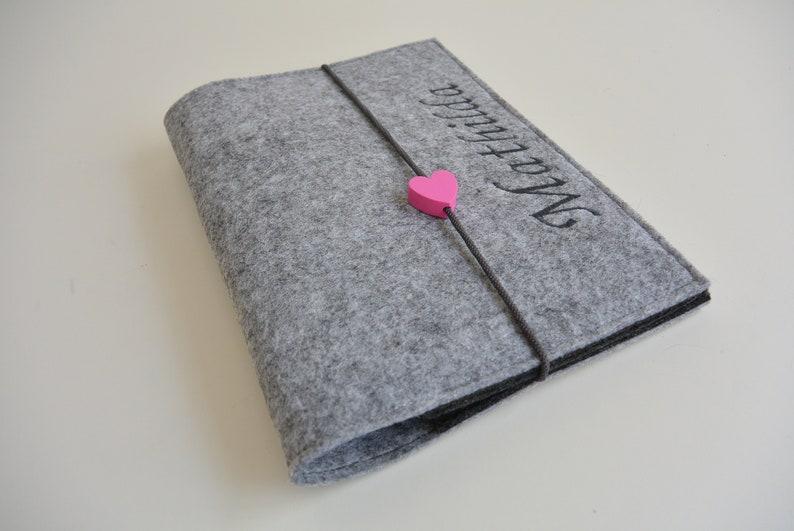 485e8dd3b95b79 U-Hefthülle Filz grau dunkelgrau Herz pink