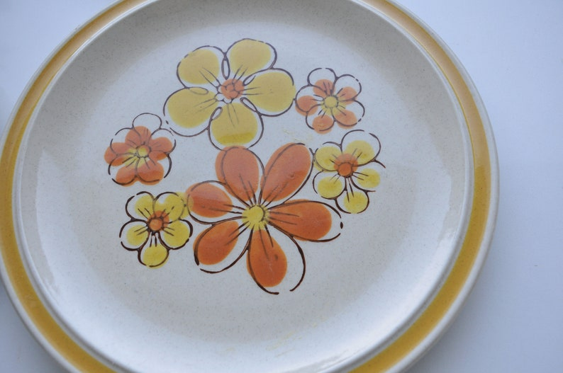 daisy pattern Made in Japan Vintage stoneware dinner plates