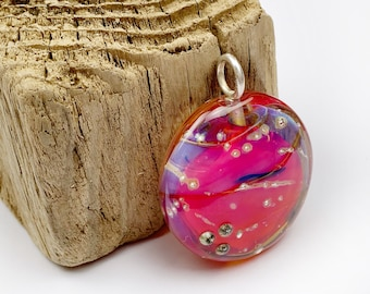 Large chain pendant in dazzling pink tones with silver eyelet