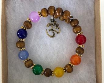 Pulseira de 7 chakras com contas de madeira//7 chakra bracelet with wood beads, silver finish OM charm, memory wire, MumGaya Spiritual