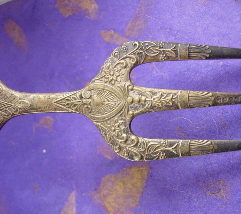 des années 1800 antique fourche Sacré cœur au centre symbolisme religieux complètement poinçonnés élégante victorienne pain fourchette