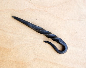 Tear pin with rotation, hand forged and useful for metalworkers, welding, drawing of dimensions, good addition for metal toolbox