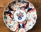 Antique Hand Painted Imari Porcelain Scalloped Rim Plate 8 1 2 quot x 1 1 4 quot Shallow Dish Blue Red Green Ruffled Edge Bow