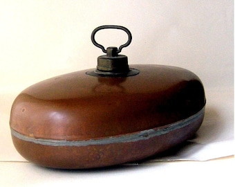 Antique hot water bottle; bed bottle; Bed warmer / made of copper with brass screw cap / oval ca 30 x 20 cm / ca 1920s