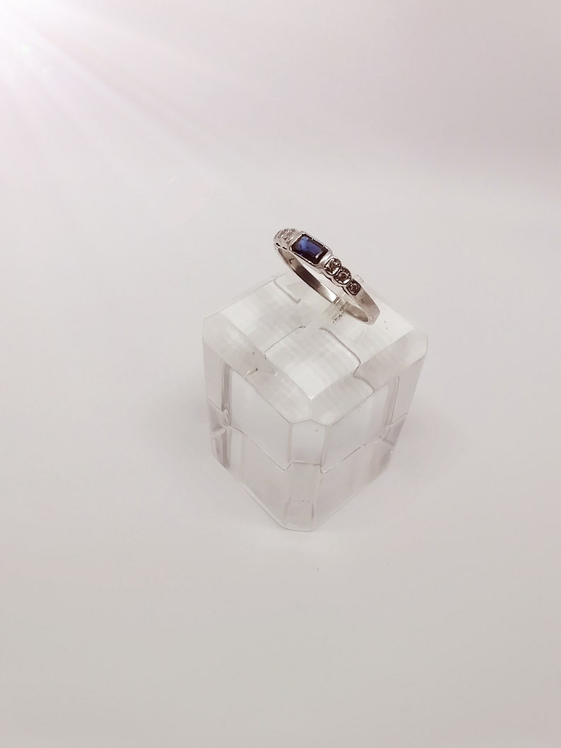 Sapphire ring and glittering 18k gold