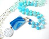 Pilgermünze Himmelblauer Bergblick, Blauer Streifenachat, Türkis Aqua Farbverlauf, tropische lange Boho Halskette, Bettelkette, Lagenlook