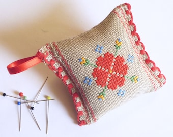 Needle pillow with colourful Fokloremotiv, hand embroidered