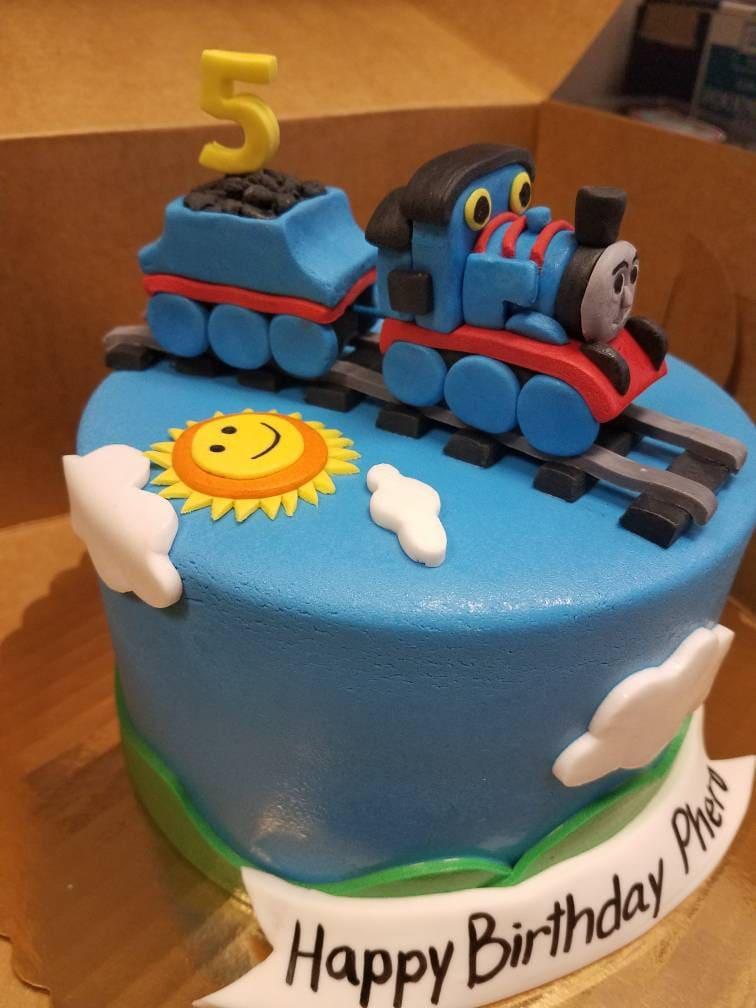 Fondant Thomas the Train cake topper | Etsy