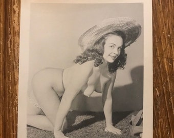 Vintage B&W 1950s Amateur Nude Snapshot Photo Cheesecake Topless Naked Girl Boobs  Big Hat