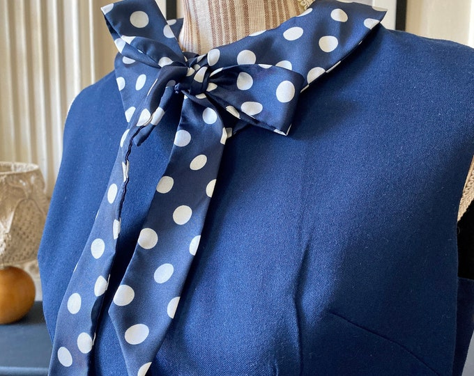 Vintage 60s vintage dress in navy woollen cloth with polka dot Lavalli\u00e8re collar T 38